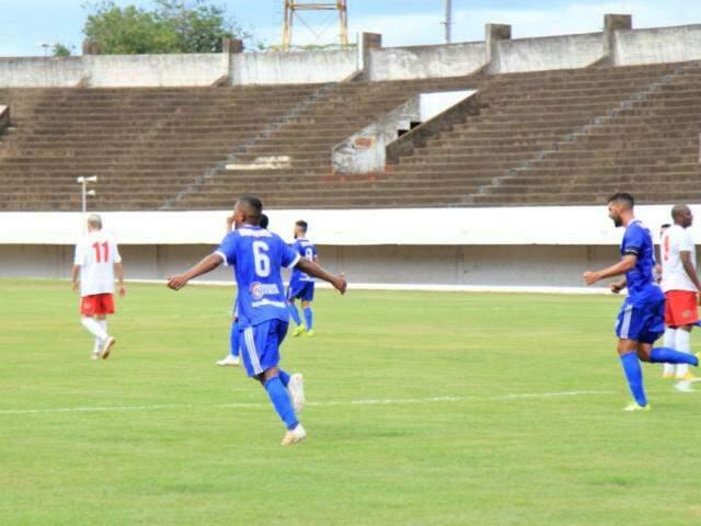 Jogadores do Aquidauanense vibram com gol sobre o Comercial (Foto: Marina Pacheco)