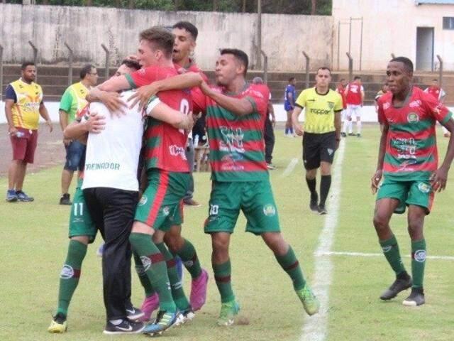 Jogadores do Cena comemoram gol contra o Pontaporanense (Foot: Marcos Donzeli/Nova Notícias)