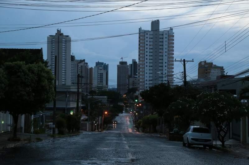 Chuva rápida em Campo Grande nesta manhã (12) aliviou o calor. (Foto: Fernando Antunes)