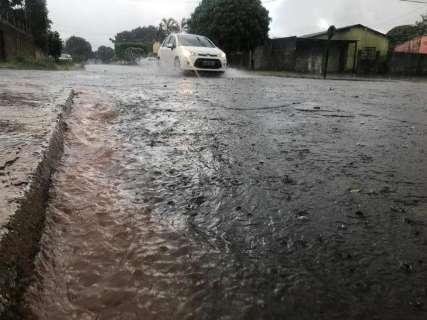 Chuva alaga rua no Jockey Clube; previsão é de temporal em MS