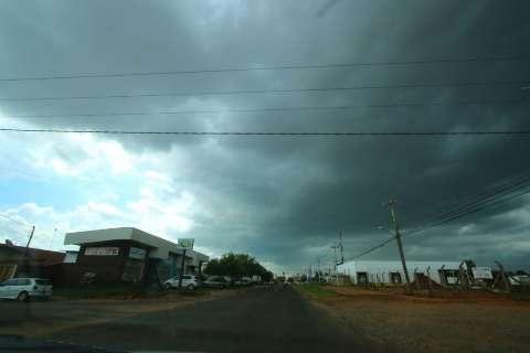 Céu escurece e chuva forte atinge bairros da Capital nesta tarde