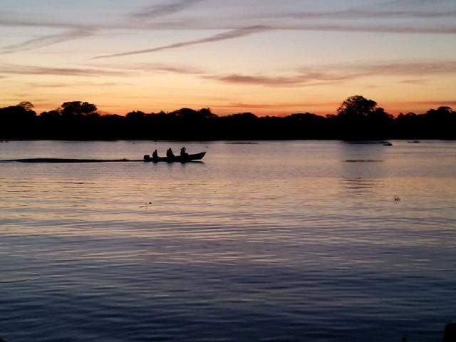 Rio Aquidauana e um belo por-do-sol. Mutirão para limpeza precisou ser adiado. (Foto: Vanilton Almeida)