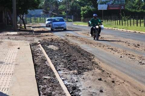 Chuva leva cascalho para avenida movimentada e dificulta tráfego