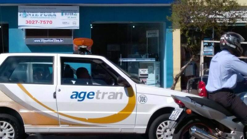 O motorista saiu da Rua Maracaju, virou a Calógeras e foi até a Afonso Pena falando ao celular. (Foto: Direto das Ruas)