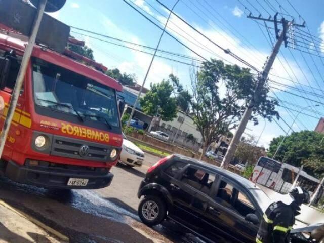 O Corpo de Bombeiros foi acionado, mas assim que chegou o fogo do veículo já havia sido contido (Foto: Direto das Ruas)