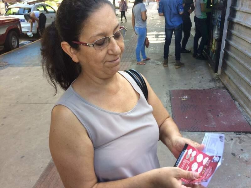 Maria Helena pega os panfletos por educação, mas dificilmente lê na rua.