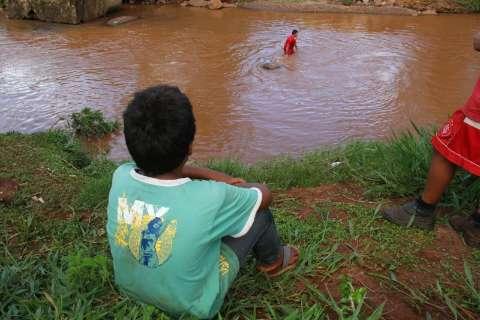 Garoto desaparece no Anhanduí ao ir tomar banho após sair da escola