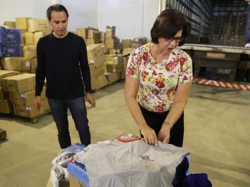 Prefeito e secretária de Educação, Ilza Matheus, mostrando a camiseta da gestão Nelsinho Trad. (Foto: Alcides Neto)