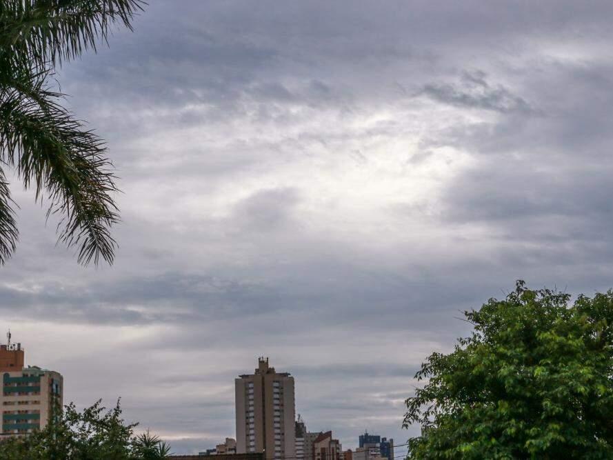 Amanheceu garoando em Campo Grande e previsão é de mais chuva durante o dia Foto: Henrique Kawaminami)
