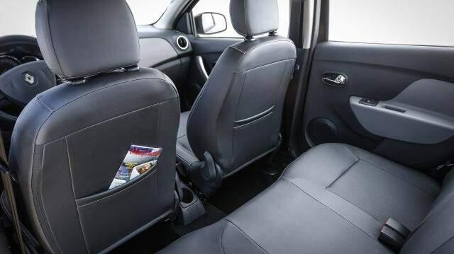 O Logan tem ótimo espaço interno. O entre-eixos mede 2,63 cm, 3 cm maior do que o Toyota Corolla da geração anterior.