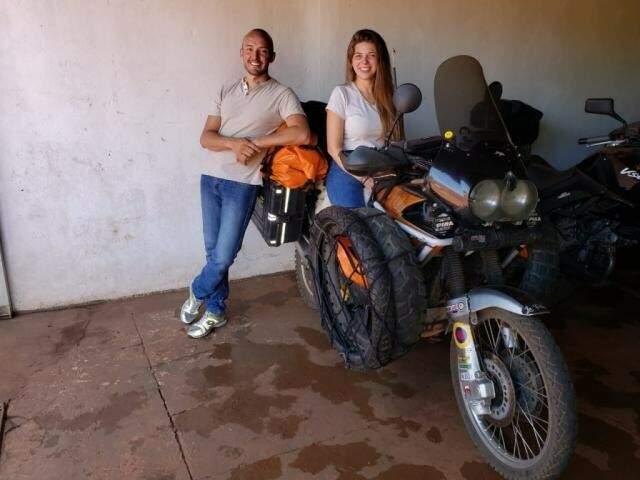 Andres Sanchez e Vanessa Collazos na moto que viajam (Foto: Arquivo pessoal)