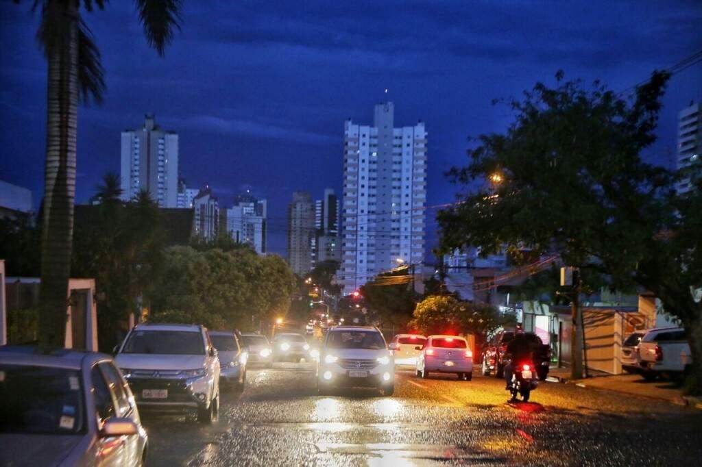 """Tempo """"fechado"""" no início da noite desta sexta-feira na Capital (Foto: Fernando Antunes)"""