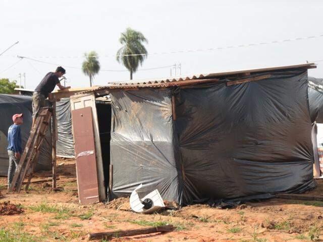 Famílias terminam a montagem de alguns barracos na manhã desta segunda-feira (9). (Foto: Fernando Antunes)