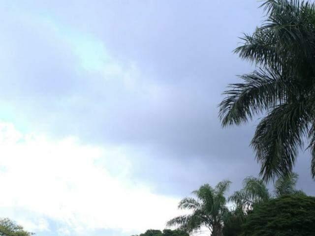 Céu nublado na região central de Campo Grande nesta sexta-feira (Foto: André Bittar)
