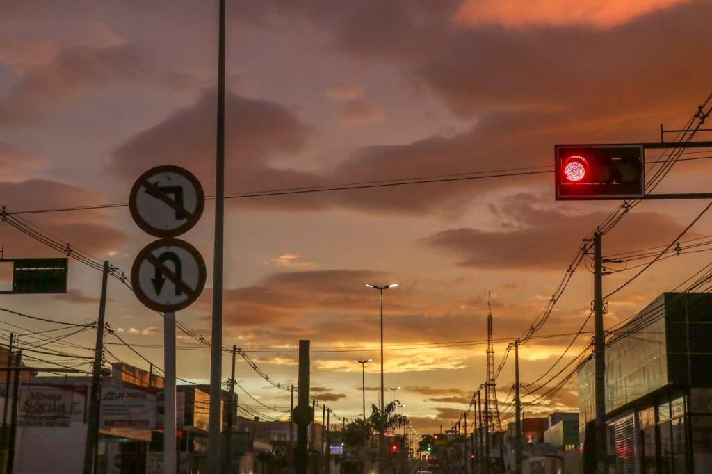 Dia amanhecendo na avenida Eduardo Elias Zahran (Foto: Henrique Kawaminami)