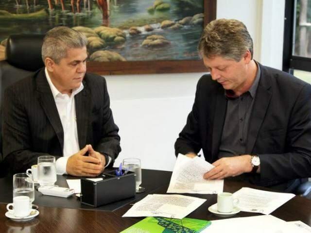 Neves e Verruck se reuniram para assinatura de documento nesta terça-feira (Foto: Divulgação)