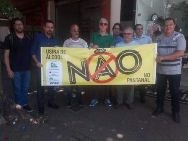 Amigos exibem faixa contra a instalação das usinas de cana no Pantanal (Foto: Izabela Sanchez)