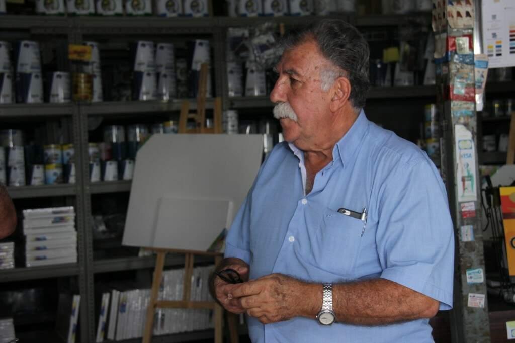 Aos 74 anos é a disposição de Nelson que mantém a loja aberta  (Foto:Kísie Ainoã)