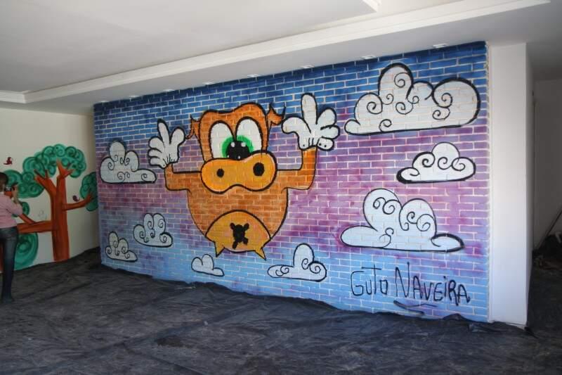 Grafite de Guto Naveira estampa espaço leitura.