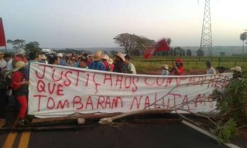 """Protestos """"pró-Dilma"""" interditam três pontos de rodovias em MS"""