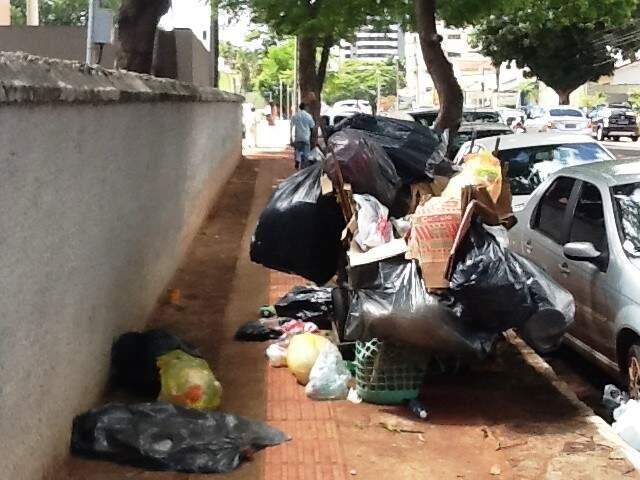 Lixo estava amontoado sobre a calçada (Foto: Repórter News)