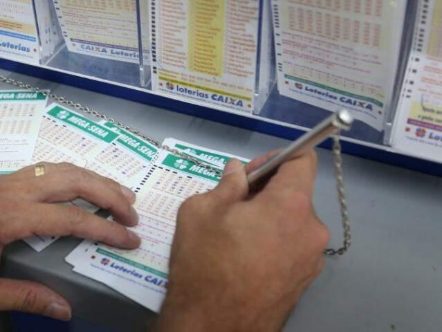 Apostadores marcando as dezenas da sorte em lotérica da Capital. (Foto: Paulo Francis)