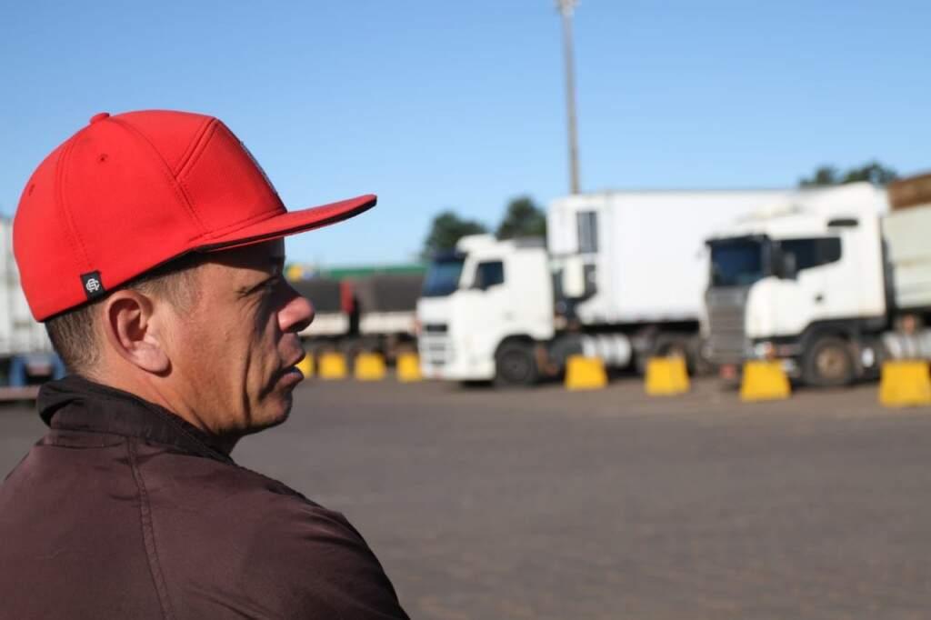 Vindo de Minas Gerais com uma carga de iogurtes, Alexandre vai pernoitar em Campo Grande, para não ficar parado na estrada. (Foto: Saul Schramm)