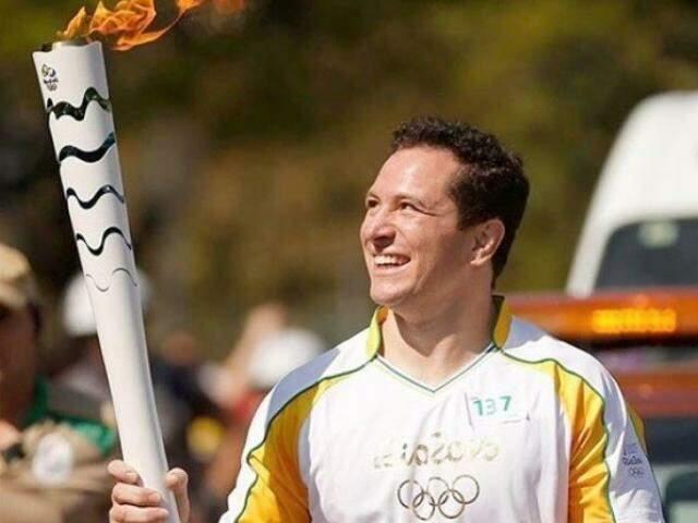 Tiago Camilo carrega tocha antes dos Jogos Olímpicos do Rio de Janeiro (Foto: Divulgação)