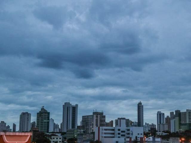 Nuvens cobrem o céu de Campo Grande na tarde desta terça-feira (Foto: Fernando Antunes)