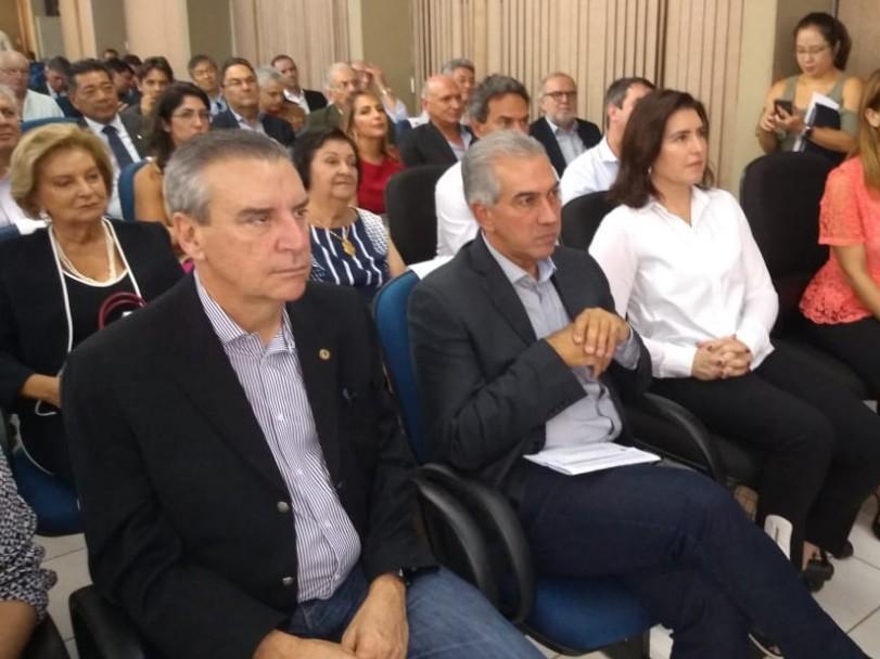 Da esquerda à direita, presidente da Assembleia de MS, Paulo Corrêa (PSDB), governador Reinaldo Azambuja (PSDB) e senadora Simone Tebet (MDB). (Foto: Leonardo Rocha).