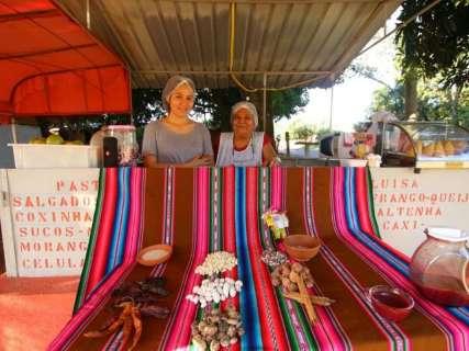 Mãe e filha divulgam os sabores da Bolívia com mingau de milho roxo