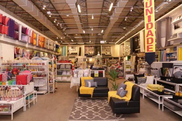 Além de todo tipo de material de construção, loja tem departamento de decoração.