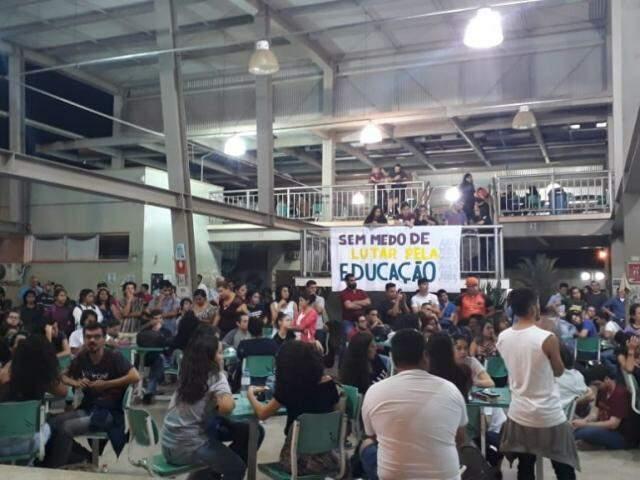 Acadêmicos durante assembleia na noite desta terça-feira (11). (Foto: Direto das ruas)