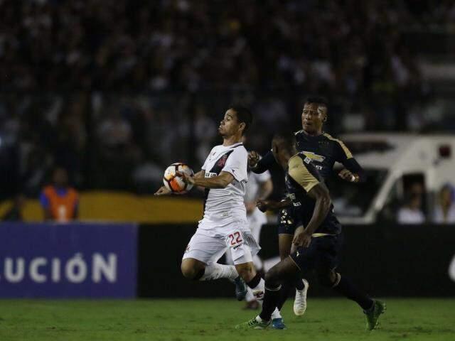 Yago Pikachu entre os marcadores da LDU (Foto: Rafael Ribeiro/Vasco.com.br)