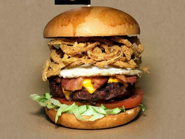 """Burger Pub reformulou o famoso X-Tudo e criou o """"X-Quase Tudo"""". (Foto: Praesto Comunicação)"""