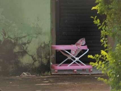 Mulher que abandonou criança na chuva é liberada após ser ouvida em delegacia