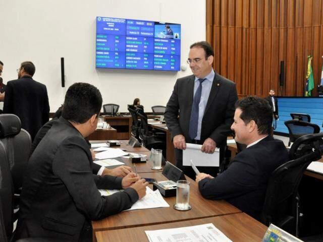 Deputados Renato Câmara (MDB) e Felipe Orro (PSDB) durante sessão na Assembleia (Foto: Luciana Nassar/ALMS)