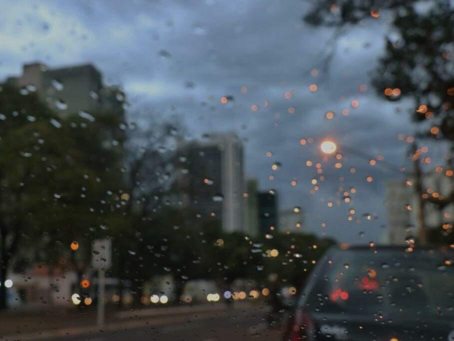Garoa na Avenida Afonso Pena, na altura da Praça do Rádio Clube (Foto: Henrique Kawaminami)