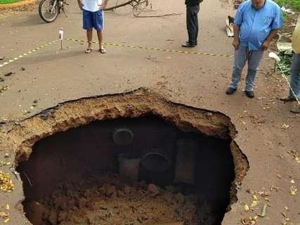 Rua é interditada após chuva abrir buraco de cinco metros no asfalto