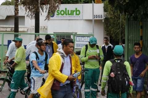 Solurb corta vale gás e cesta básica e sindicato vai à Justiça por salários