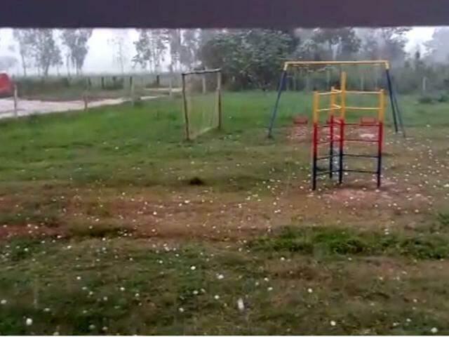 Moradores de Itaquiraí foram surpreendidos com chuva de granizo. (Foto: Direto das Ruas)