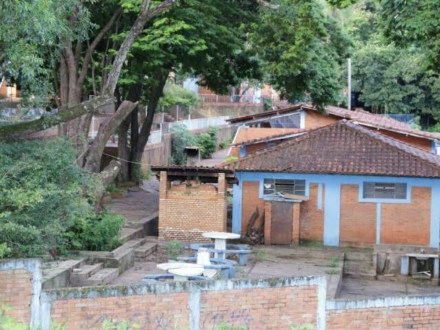 Área de lazer do Tênis Clube foi encontrado em estado precário (Foto: Kísie Ainoã)
