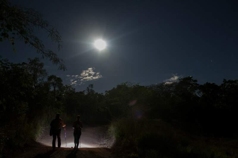 Lua foi super guia na noite de trilha dessa segunda-feira. (Foto: Antonio Arguello)