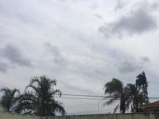 Céu nublado na tarde desta terça-feira no Jardim dos Estados em Campo Grande (Foto: Guilherme Henri)