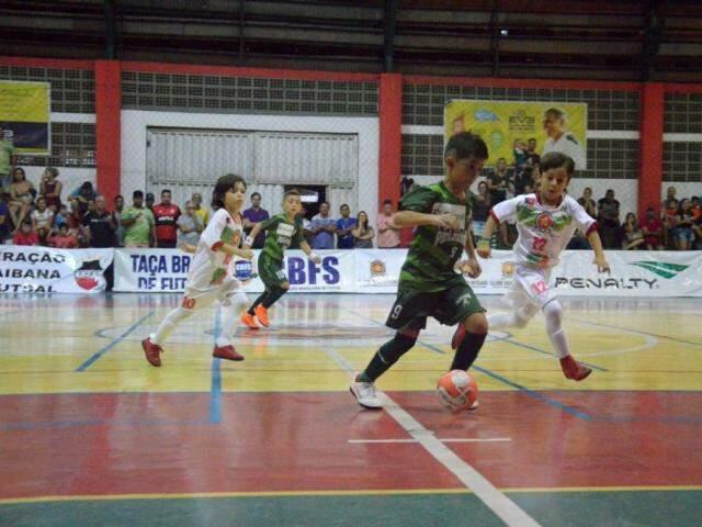 Time da Associação Atlética Pelezinho em quadra contra o COPM (Foto: CBFS/Divulgação)