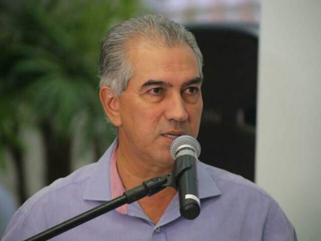 Governador do Estado, Reinaldo Azambuja (PSDB), durante discurso na Famasul. (Foto: Marcos Ermínio).