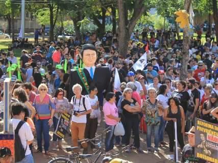 Contra reformas, manifestantes se reúnem na Praça do Rádio e preparam passeata