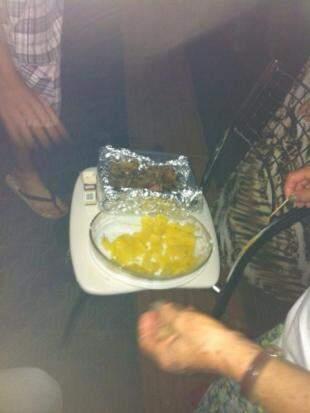Até carne assada e mandioca apareceram na despedida. (Foto: Arquivo Pessoal)