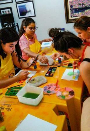Alunas do curso de pintura ministrado por Nally antes de vir para Campo Grande (Foto: Arquivo pessoal)