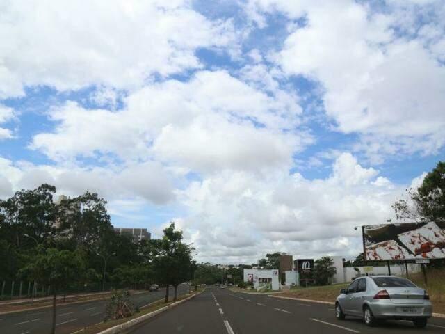 Apesar da previsão da semana, manhã de domingo em Campo Grande tem céu aberto. (Foto: Marcos Ermínio)